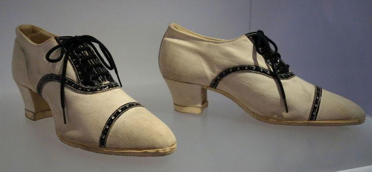 Женские спортивные сникерсы на каблуке, ок. 1925 г., Музей обуви Бати в Торонто