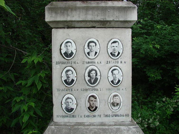 Фото членов тургруппы на памятнике. Инициалы и фамилия Золотарёва выбиты с ошибками