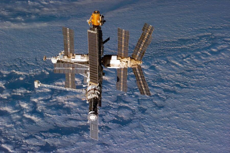 Фотография орбитальной станции «Мир» 24 сентября 1996 г.
