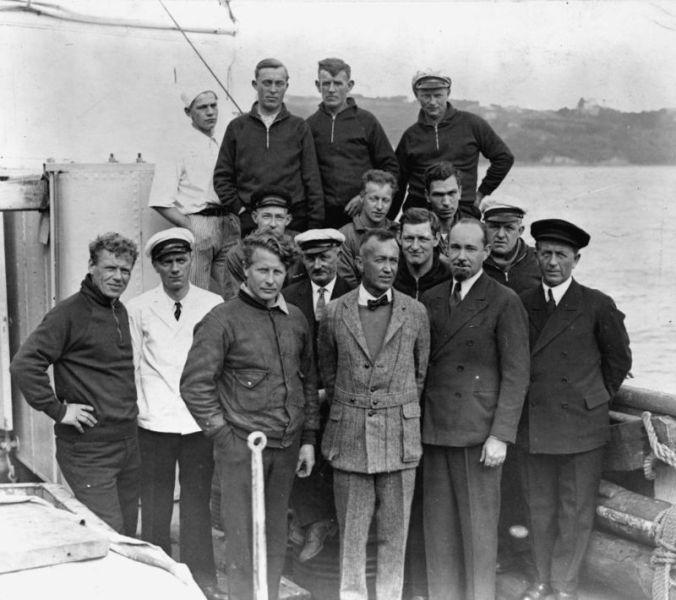 Экспедиция в Арктику, Уилкинс второй справа в нижнем ряду