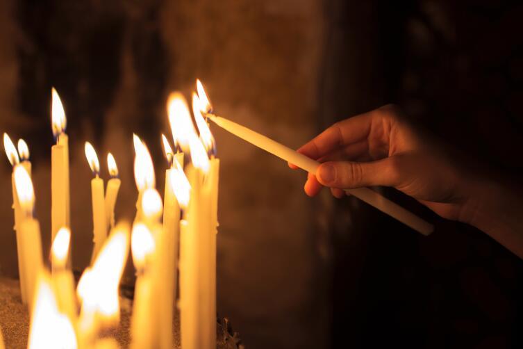 Почему нельзя ставить свечу левой рукой?