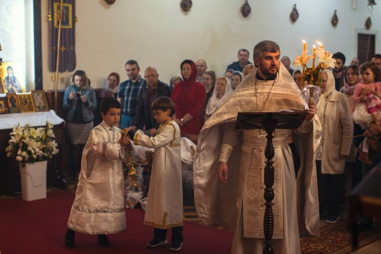 В православном храме нельзя сидеть и скрещивать руки и ноги