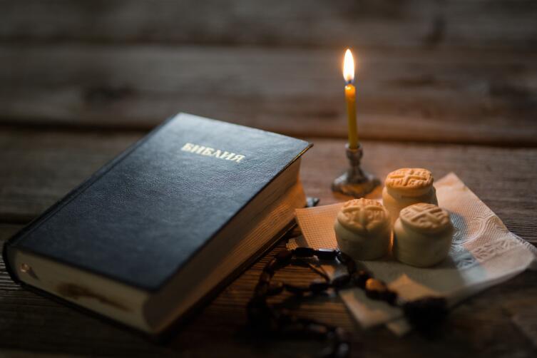 идея «поставить свечку за здравие» для защиты от порчи очень похожа на магический ритуал