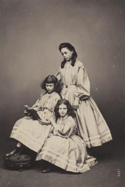 Сёстры Лиддел (верху вниз): Лорина, Алиса, Эдит. Фото— Thomas Edge, 1860-е гг.
