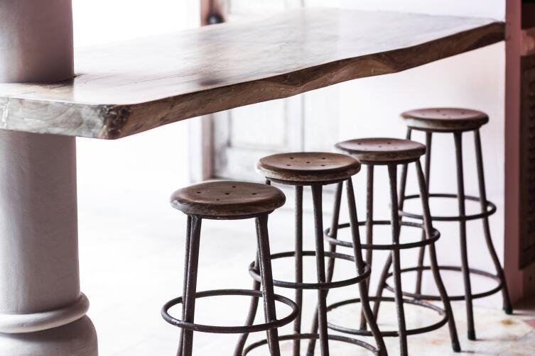 В барах прижились высокие табуреты с круглым сиденьем - барные