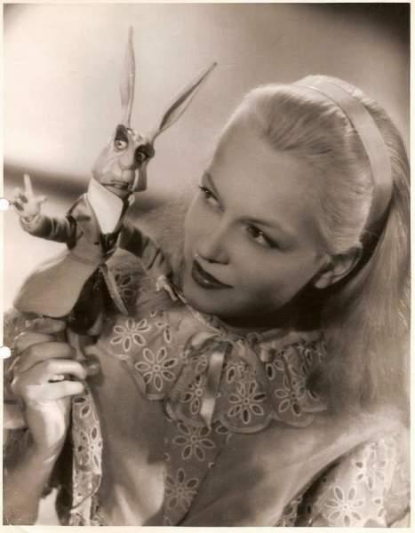 Кэрол Маш с куклой Кроликом