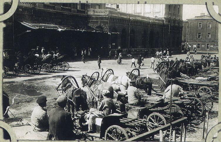 Извозчики на вокзальной площади