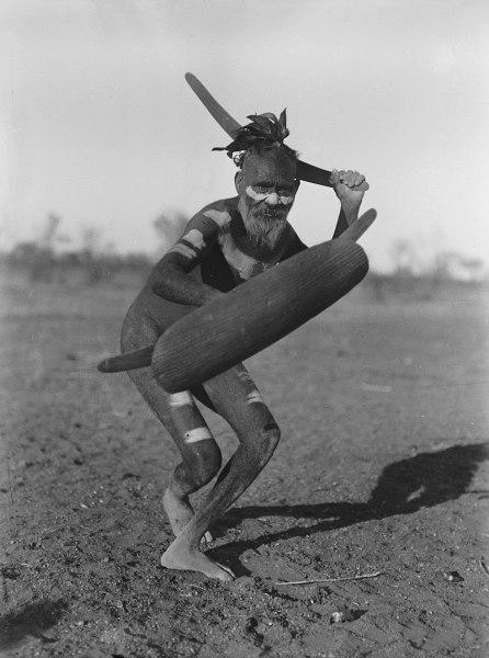 Австралийский абориген демонстрирует атаку бумерангом