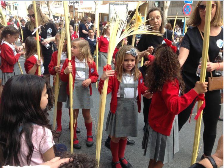 Дети с пальмовыми ветвями