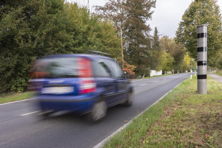Замаскированный фоторадар фиксирует превышение скорости