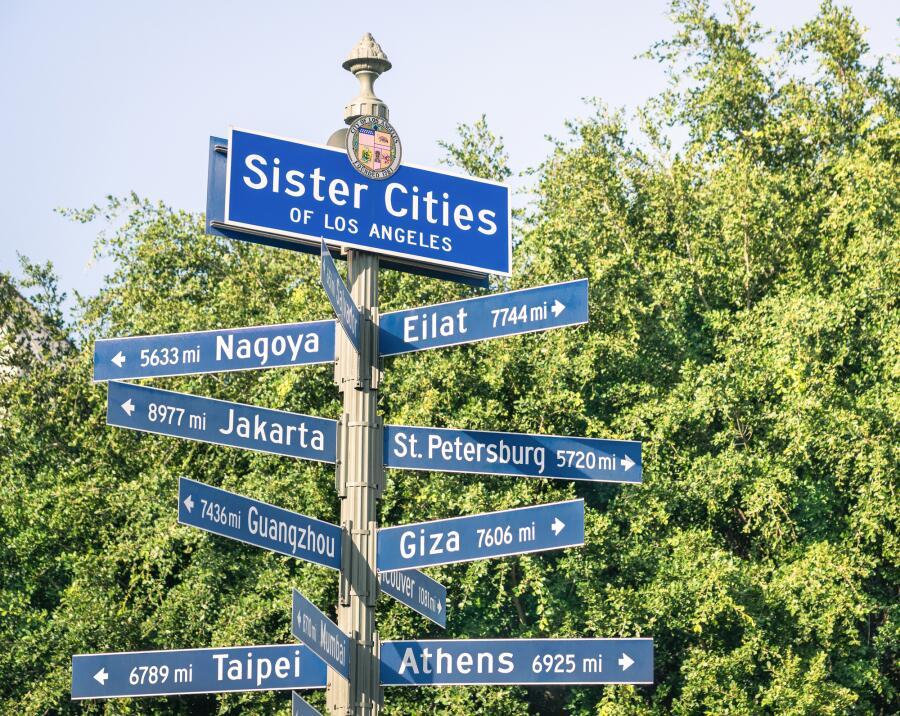 Знак городов-побратимов в Лос-Анджелесе