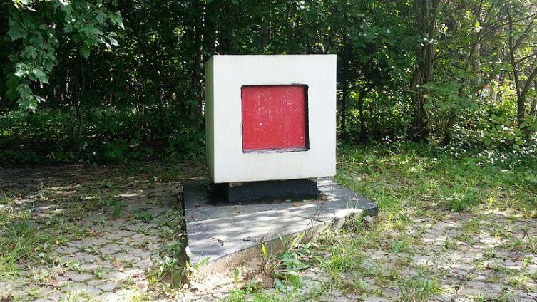Памятный Знак в районе захоронения праха К. Малевича, август 2013 г.