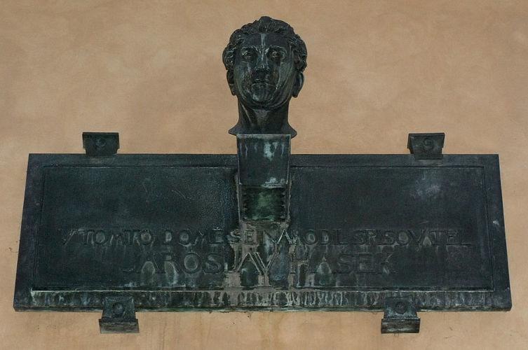 Мемориальная доска на доме, где родился Ярослав Гашек