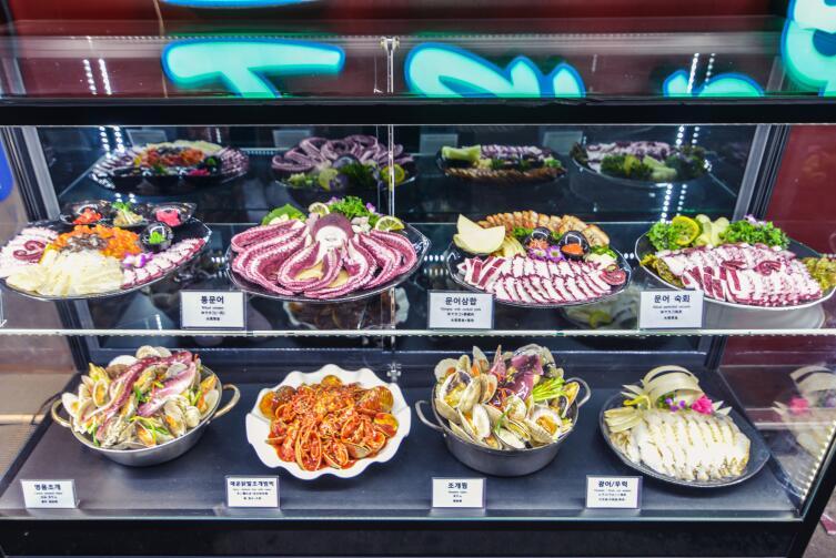 В некоторых магазинах используют муляжи продуктов питания - безопасно и гигиенично