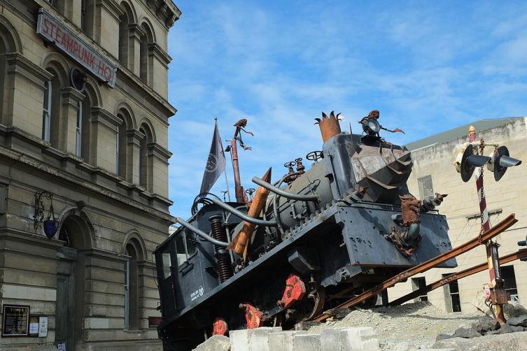 Стимпанк-локомотив перед галереей Steampunk HQ в Новой Зеландии