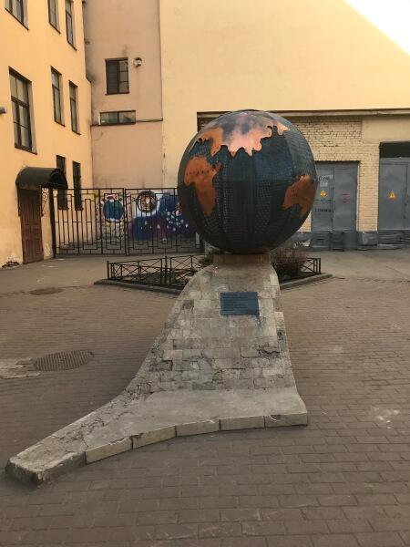 Памятник «Блокадный глобус»