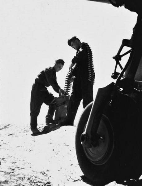 Укладка пулемётной ленты для ШКАС в короб. Фото С. Кафафьяна