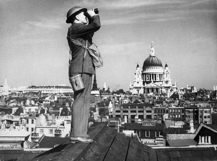 Наблюдатель за боями на крыше в Лондоне, 1940 г.