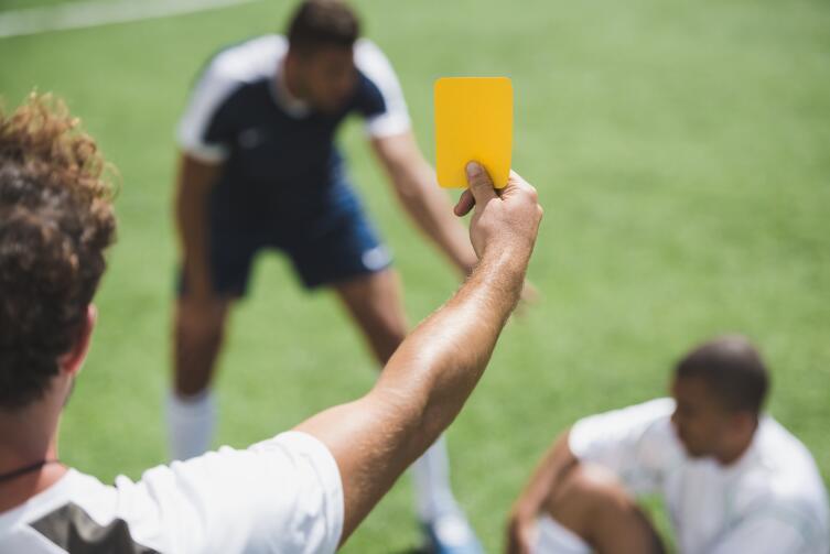 Как в футболе появился... светофор?
