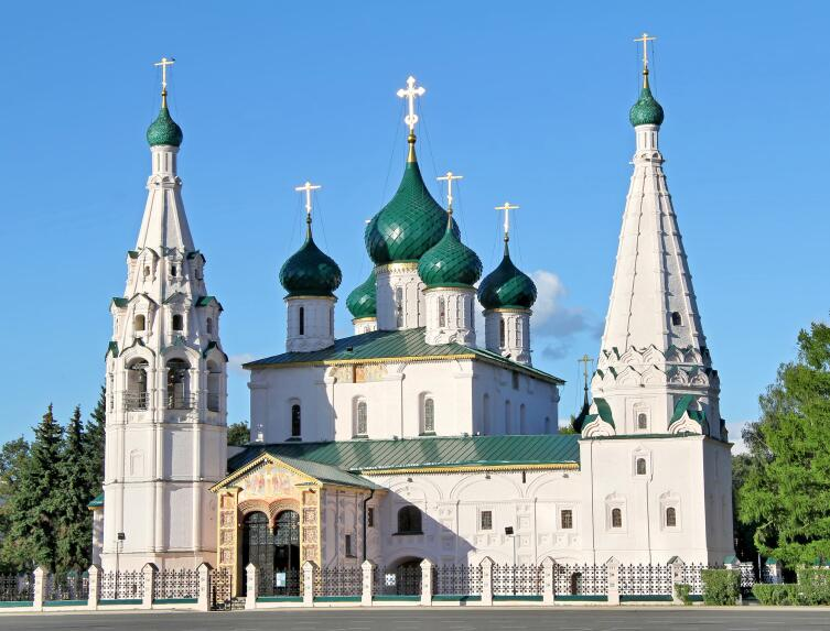 Православная церковь с крестами