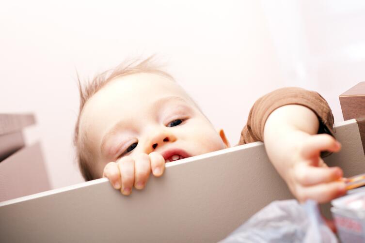 Защитите ребенка от прищемления пальцев, падения мебели