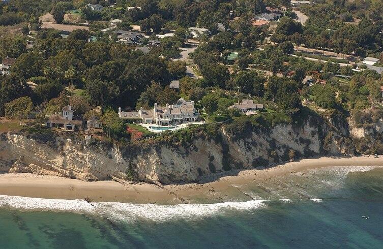 Фотография побережья номер 3850 из проекта California Coastal Records Project (англ.)русск., на которой запечатлены владения Стрейзанд, 2002 г.