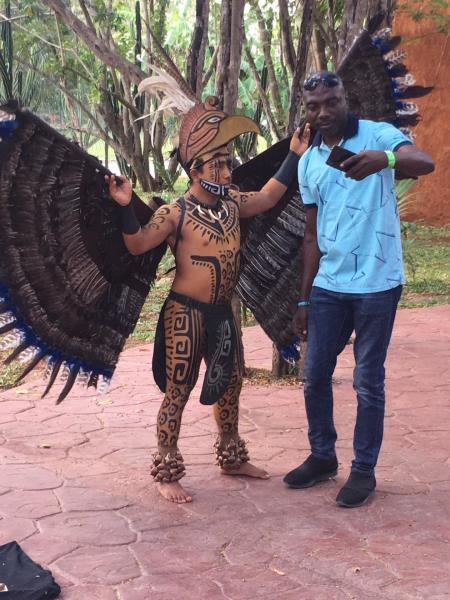 Потомок майа развлекает туристов
