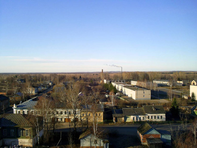 Общий вид села Вятское с колокольни Воскресенской церкви. В правом верхнем углу - корпуса Учебного центра УВД Ярославской области