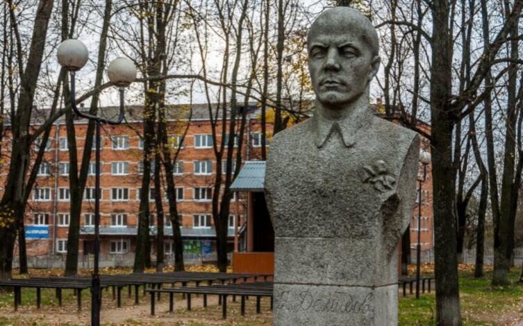 Памятник Я. Е. Демидову в городе Демидове