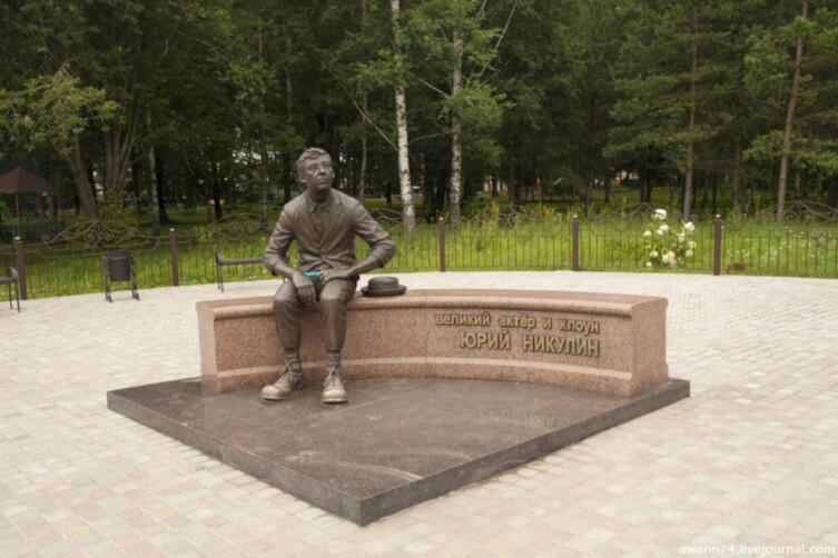 Памятник Ю. В. Никулину в городе Демидове