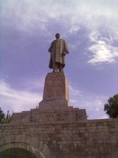 Памятник В. И. Ленину у входа в канал