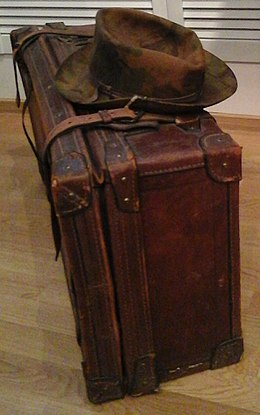 Чемодан, с которым 4 июня 1972 года Иосиф Бродский навсегда покинул родину, увозя пишущую машинку, две бутылки водки для Уистена Хью Одена и сборник стихов Джона Донна