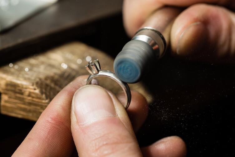 Не покупайте с рук ювелирные украшения и дорогие вещи