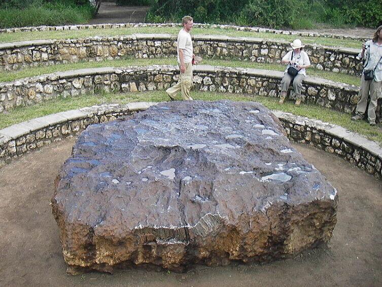 Гоба — крупнейший из найденных метеоритов. Также является самым большим на Земле куском железа природного происхождения