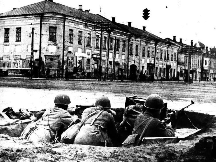 Бойцы в окопах на перекрёстке улиц Советской и Коммунаров (ныне проспект Ленина), октябрь-ноябрь 1941 г.