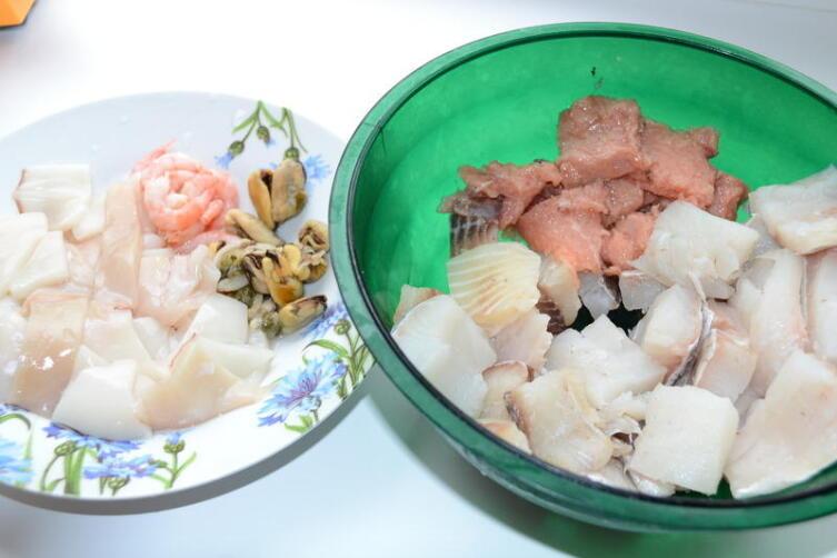 Рыбу режем, креветки очищаем