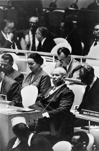 Никита Хрущев и З. В. Миронова в зале Генеральной Ассамблеи ООН. Сентябрь 1960 г.