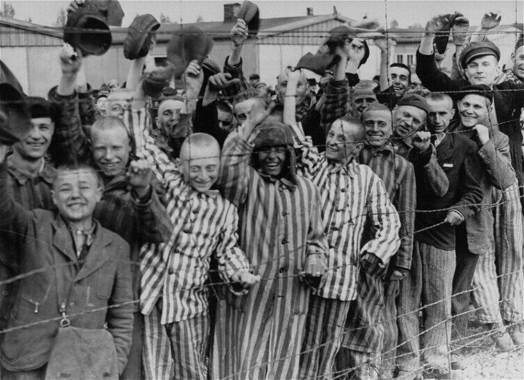 Узники Дахау во время освобождения войсками США