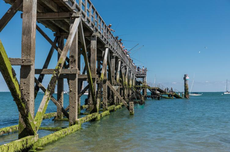 Рыбаки на деревянном мосту Нуармутье