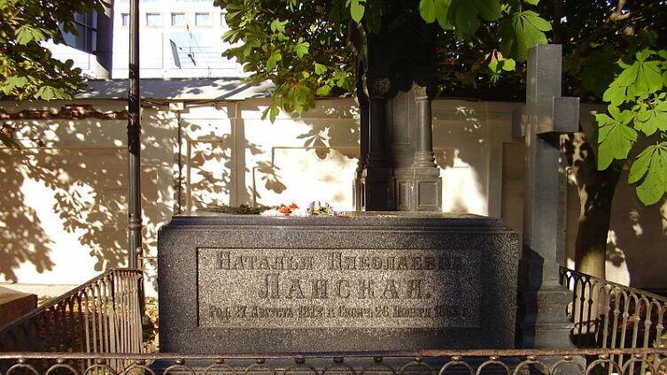 Могила Н. Н. Ланской на Лазаревском кладбище Александро-Невской лавры