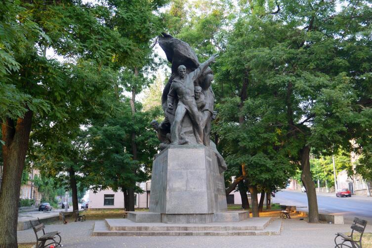 Памятник «Потёмкинцам— потомки» в нынешней Одессе перенесен на новое место, в конец Приморского бульвара