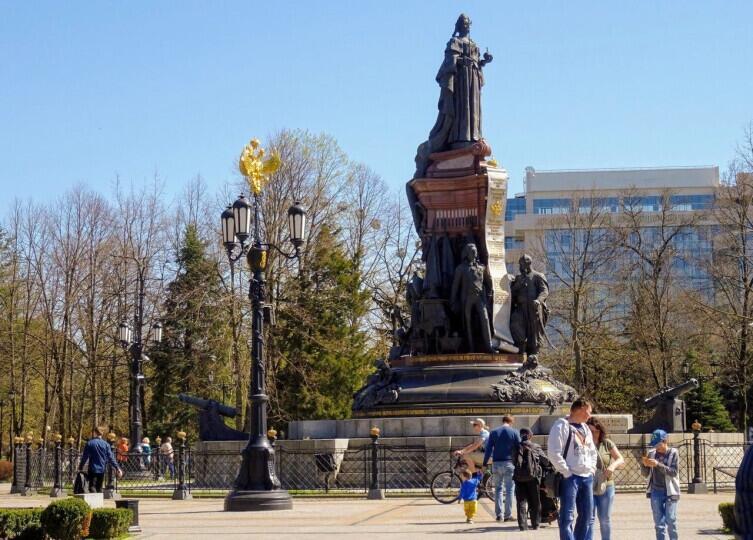 Памятник ЕкатеринеII в Краснодаре. У подножия слева— князь Потёмкин, справа— казацкие атаманы