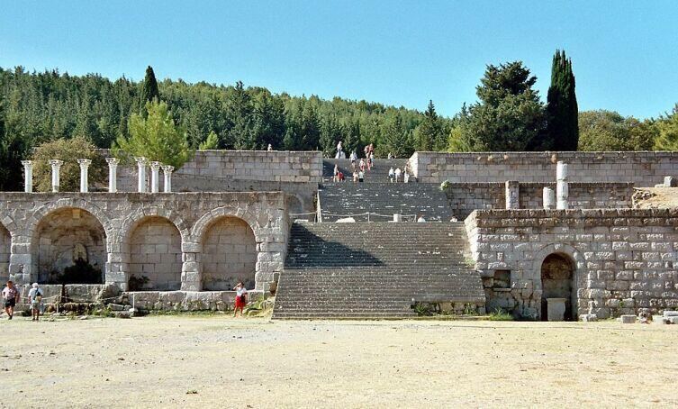 Руины косского асклепиона — храма бога медицины Асклепия, в котором лечили людей и собирали медицинские знания