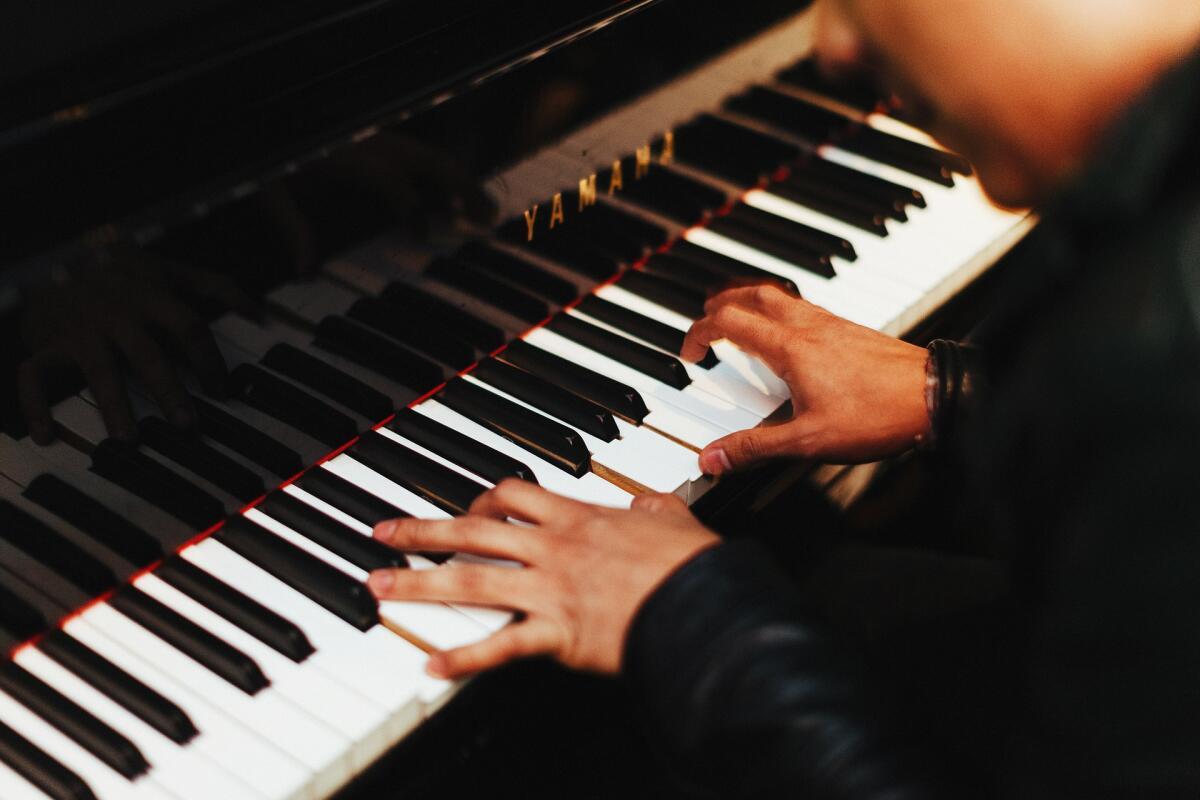 Человек играющий на пианино картинки