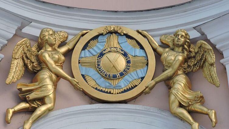 Ангелы, держащие знаки ордена Святого Апостола Андрея Первозванного над входом в Андреевский собор в Петербурге