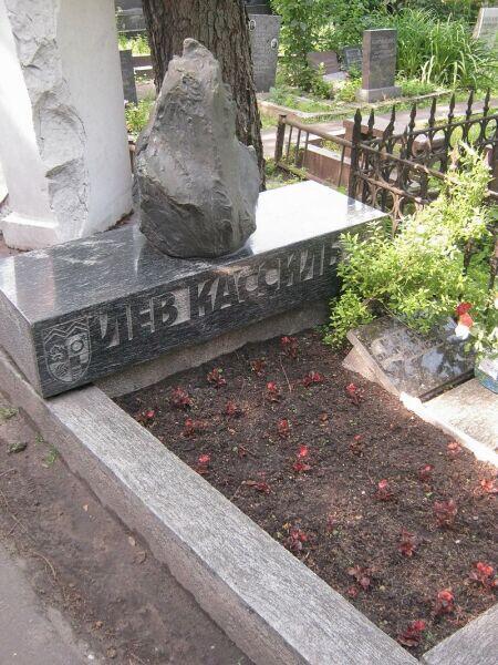 Могила Кассиля на Новодевичьем кладбище Москвы