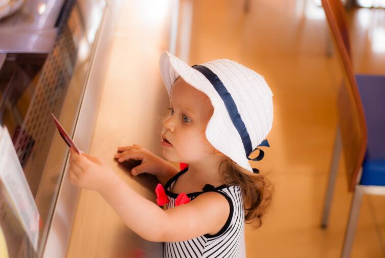 С какого возраста разрешать ребенку пользоваться банковской картой?