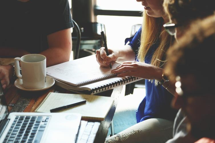 Единственным разрешенным в бизнес-среде жестом прикосновения к собеседникам является рукопожатие