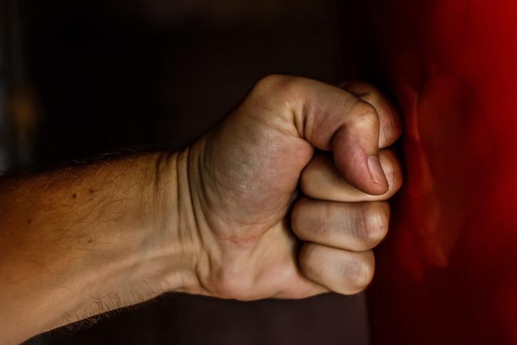 Что говорит о характере манера сжимать пальцы в кулак?