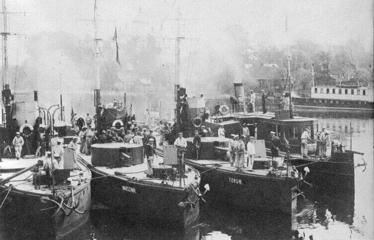 Польская Пинская флотилия. Слева направо: «Пинск», «Варшава», «Торунь» и пароход «Генерал Сикорский», до 1926 г.